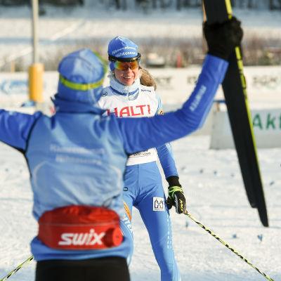 Laura Mononen korsar mållinjen som etta i stafetten, finska cupen, januari 2016.