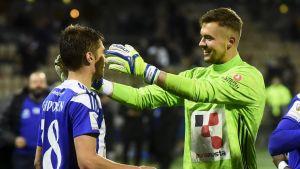 Roni Peiponen och Maksim Rudakov firar seger.