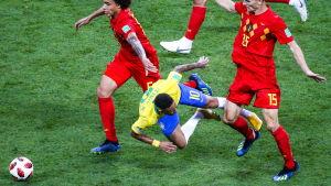 Neymar går omkull.