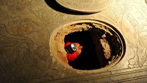 Forskare borrade hål i golvet i en basilika i Florens