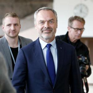 Liberalernas ordförande Jan Björklund tittar in i kameran och ler.