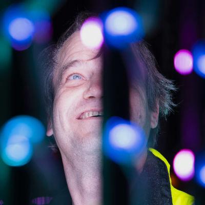 Pekka Simonsson bland blåa och lila led-lampor.
