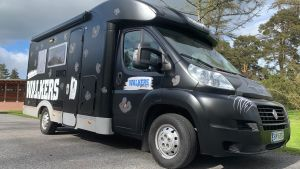 En svart bil som används för att hjälpa ungdomar ha något att göra.