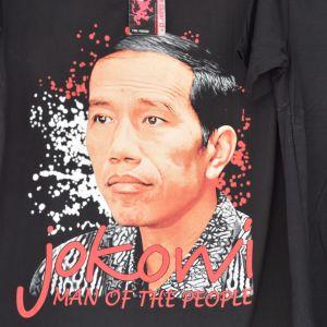 """En svart T-skjorta med Indonesiens president som tryck och texten """"Jokowi man of the people""""."""