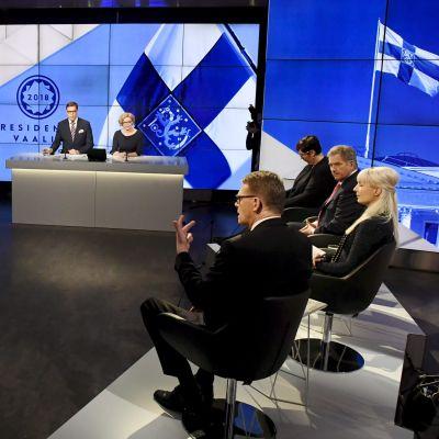 bild på presidentvalskandidaterna i Yles tv-studio