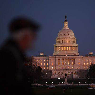 Mörkret sänkte sig över Kapitolium, men där inne fortsatte debatten om reglerna för riksrättsrättegången timme efter timme efter timme.