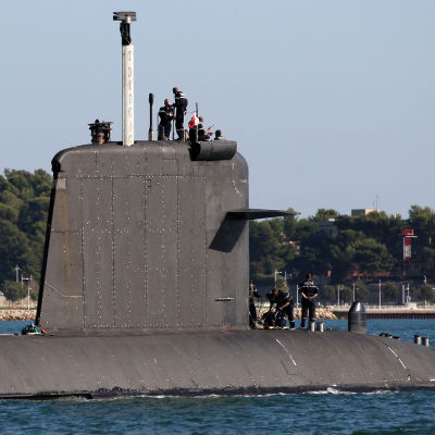 Personer ombord en utbåt i Toulons hamn.