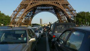 Bilar vid Eiffeltornet i Paris.