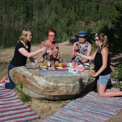 Marttilan uimarannalla maisteltiin piknik-herkkuja