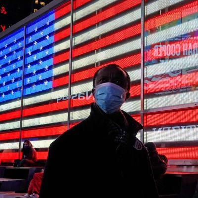 Folk följer med hur valet utvecklar sig i New York den 3 november.