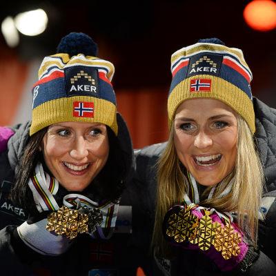 Marit Björgen och Therese Johaug på VM-prispallen 2015.