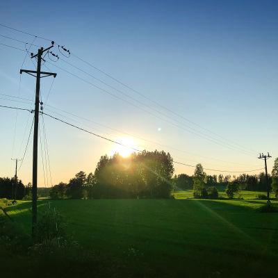 Sähkötolppia maaseudulla.