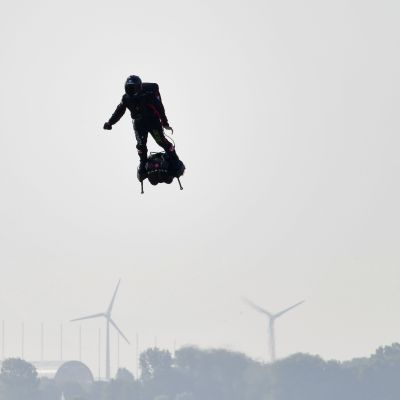 Franky Zapata på sin flygbräda.