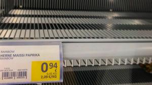 Tyhjä kaupan pakastehylly. Hintalapussa lukee herne-maissi-paprika