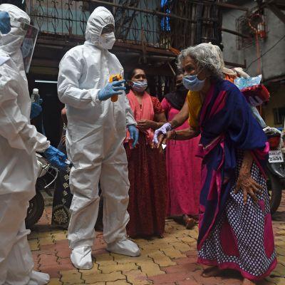 Dharavi i Bombay är ett av världens största slumområden, med ungefär en miljon invånare. Här en bild från den 9 juli då man utförde hälsotester i slummen.