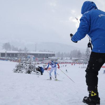 Kaisa Mäkäräinen får råd av tränare, 2017.