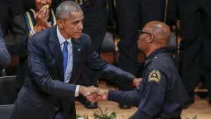 Barack Obama skakar hand med polischef David Brown under sitt besök i Dallas den 12 juli 2016 med anledning av polisskjutningen där fem poliser miste livet.