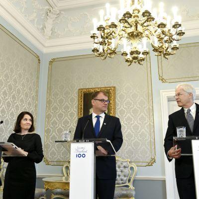Undervisningsminister Sanni Grahn-Laasonen (Saml), statsminister Juha Sipilä (C) och professor Bengt Holmström längst till höger