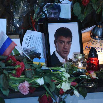 Blommor utanför den ryska ambassaden i Warszawa.