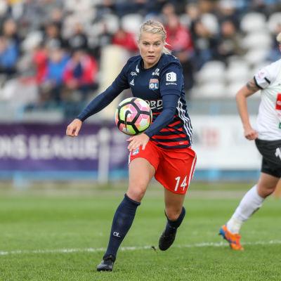 Ada Hegerberg spelar för Lyon.