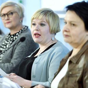 Ministrarna Anu Vehviläinen och Annika Saarikko.