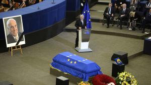 EU-kommissionens ordförande Jean-Claude Juncker håller tal vid Helmut Kohls kista under minnesceremoni i Strasbourg.
