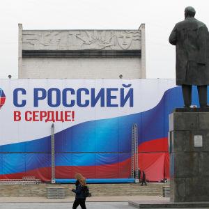 """En bild på en stor affisch där det står """"med Ryssland i hjärtat""""."""
