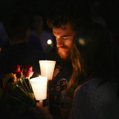 Ljus tänds för de som dog i skolmassakern vid Umpqua Community College i Oregon.