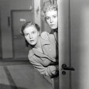 Liisa ja Rauha kurkistavat hytin ovesta elokuvassa Suomalaistyttöjä Tukholmassa.