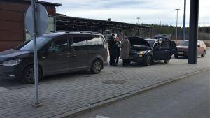 Venäläisiä ihmisiä rajatarkastuksessa Imatran rajanylityspaikalla 17.3.2020.