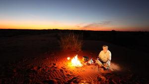 Författaren och dokumentärfilmaren Lasse Berg i Kalahariöknen i början av 2000-talet.