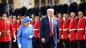 Donald Trump och drottning Elizabeth inspekterar hedersvakten.