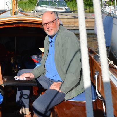 Hans Björkestam i en segelbåt