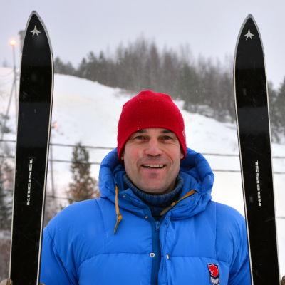 Mikael Nylund med ett par slalomskidor av fin årgång.