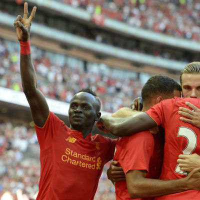 Liverpool firar mål mot Barcelona i fotboll.