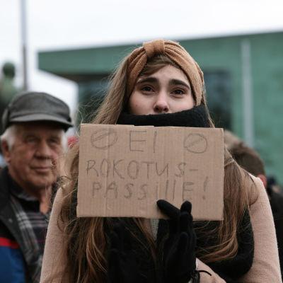 Liliia Kiefieli osoitti mieltään koronapassia vastaan mielenosoituksessa Eduskuntalon edessä, 15. lokakuuta.