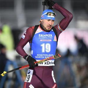 Anton Sjipulin skött prickfritt och snabbt i herrsprinten i Kontiolahti.