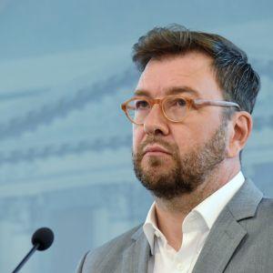 Timo Harakka på presskonferens.