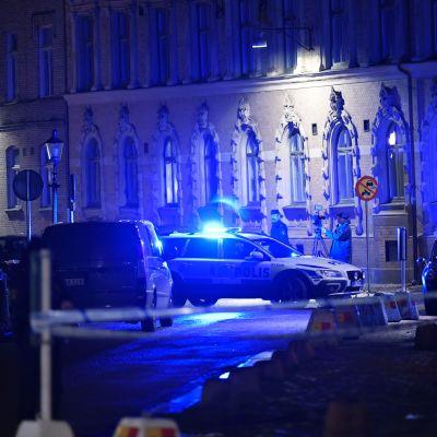 Polis och räddningstjänst larmades till judiska församlingen på lördagskvällen. Flera personer har setts kasta brinnande föremål mot församlingens lokaler vid synagogan i centrala Göteborg.