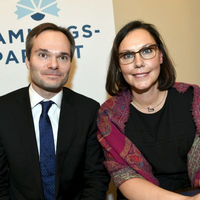 De glada nya ministrarna Kai Mykkänen och Anne-Mari Virolainen.