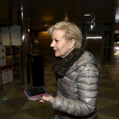 Suvi Lindén på flygplatsen i Helsingfors-Vanda.