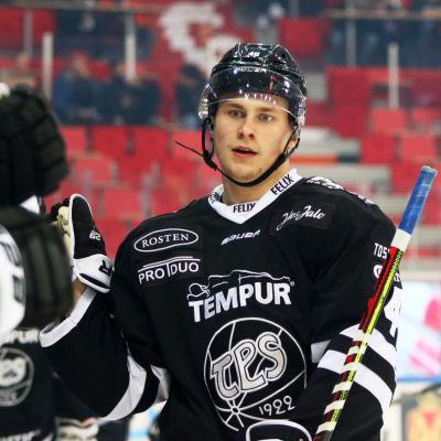 Lauri Pajuniemi firar mål.