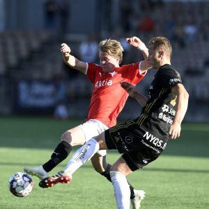 Jacob Dunsby och Joonas Sundman kämpar om bollen.