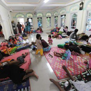 Hemlösa får härbärge i moské i Tenjolahang i provinsen Banten i Indonesien
