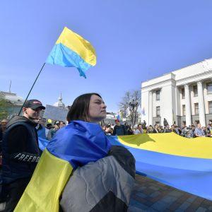 Flaggor vajar utanför parlamentet i Kiev  25.4.2019 då parlamentariker ska rösta om  krav på kunskaper i ukrainska