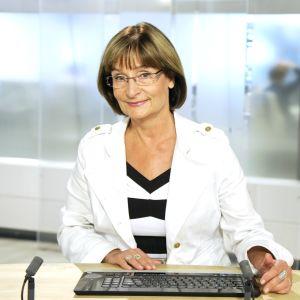 Eva Polttila uutisdeskin takana.