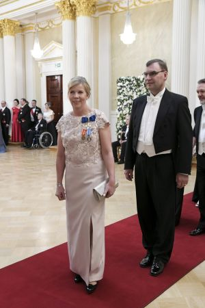 Anna-Maja Henriksson är klädd i vit klänning.