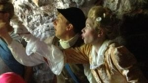 Samuel Karlsson och Alexandra Gustafsson skådespelar på Sveaborg.