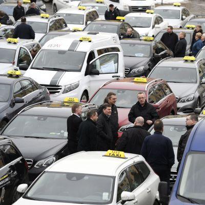 Taxibilar samlade till demonstration på Salutorget i Helsingfors.