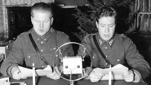 Jatkosota. Aunuksen radio. Vänrikki Pekka Tiilikainen ja TK-mies Oke Tuuri lukevat uutisia jouluna 1941 Äänislinnassa.